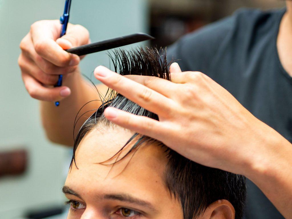 Donnez-vous une coupe de cheveux à la maison!