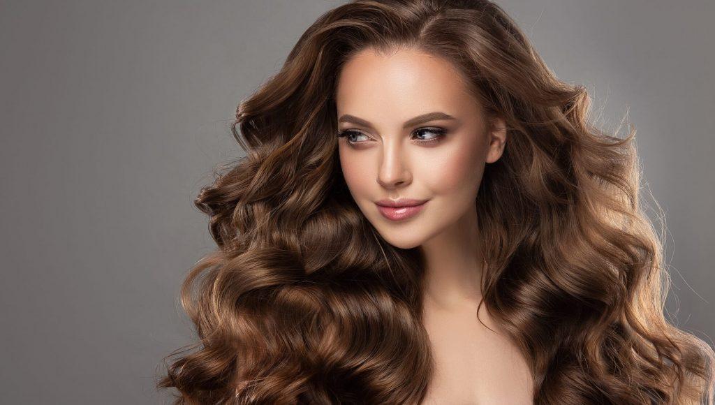 Femme avec des beaux cheveux